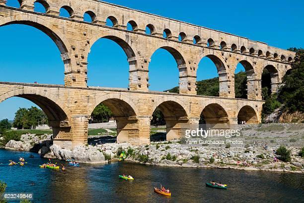 the roman bridge pont du gard and d gardon river, gard, france - pont du gard stockfoto's en -beelden