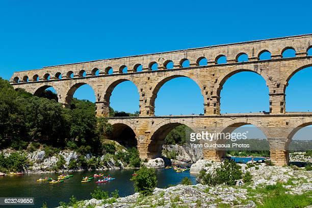 the roman bridge pont du gard and the gardon river, gard, france - pont du gard stockfoto's en -beelden