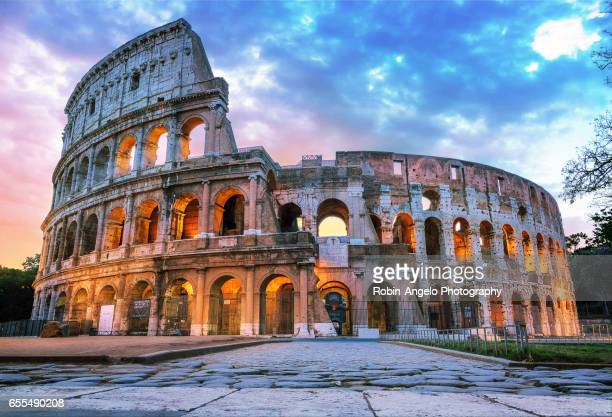 the roman coliseum in the early morning - oude ruïne stockfoto's en -beelden