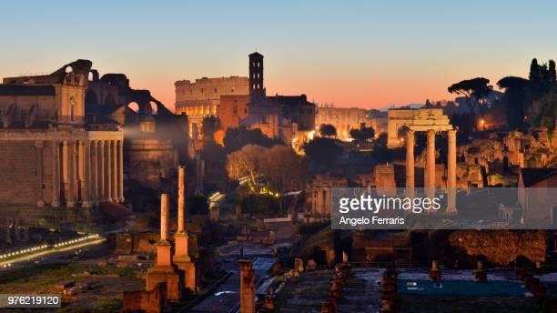 the roman forum, italy - zonsopgangen en zonsondergangen stockfoto's en -beelden