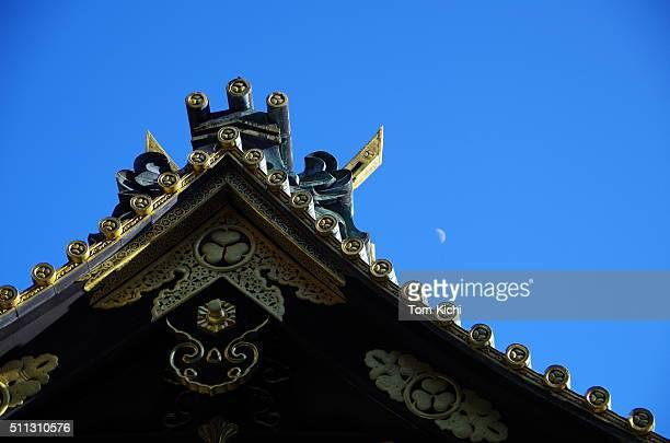 屋根の神社、小さなムーンの青い空