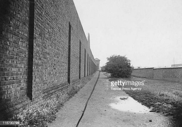 The route of the marathon race passes HM Prison Wormwood Scrubs, during the 1908 Summer Olympics in London, 8th July 1908. The line has been drawn on.