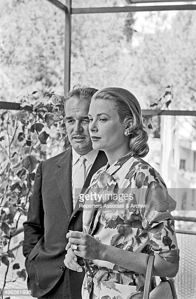 The royal court of Monaco the prince Rainier III and his wife the American actress and princess Grace Kelly posing on the balcony of the embassy of...