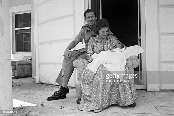 Constantin Ii AnneMarie Of Denmark And Their Daughter Alexia Corfou juillet 1965 CONSTANTIN II roi de Grèce son épouse AnneMarie DE DANEMARK tenant...