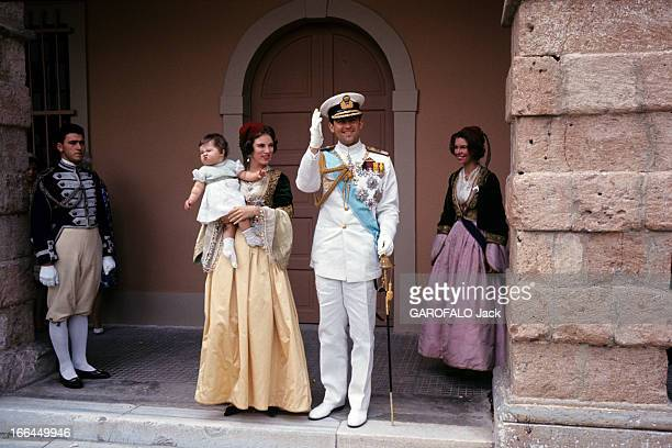 Constantin Ii AnneMarie Of Denmark And The Baptism Of The Princess Alexia Athènes 1966 Devant le palais portrait du couple royal CONSTANTIN II...