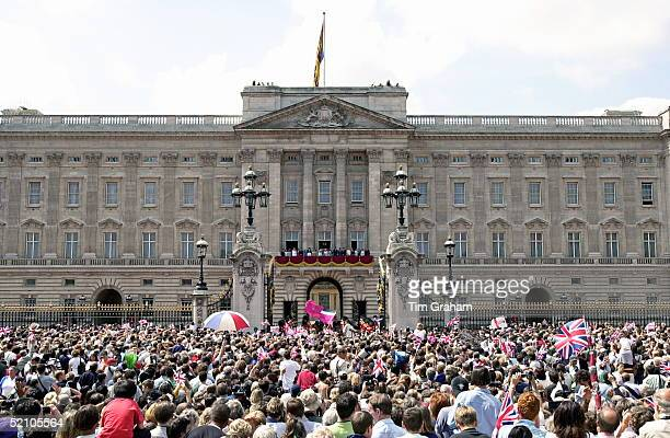 The Royal Family On The Balcony Of Buckingham Palace London To Celebrate The 100th Birthday Of The Queen Mother A Crowd Of 40000 Gathered From All...