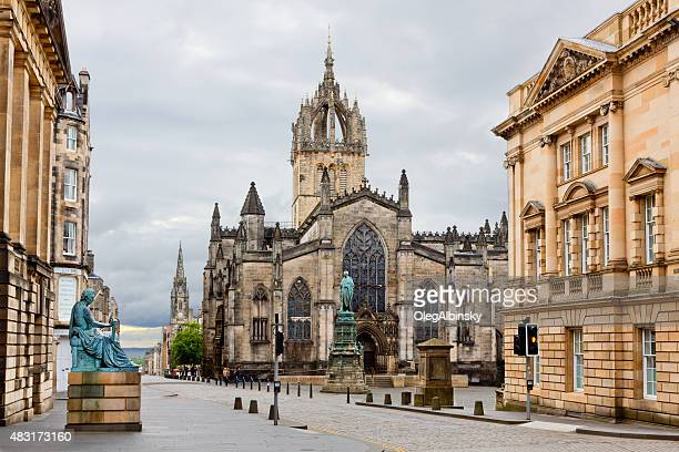 the royal mile with st giles cathedral, edinburgh, united kingdom. - edinburgh scotland stock pictures, royalty-free photos & images