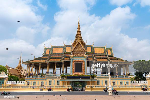 the royal palace and silver pagoda in phnom penh, cambodia - phnom penh stock pictures, royalty-free photos & images