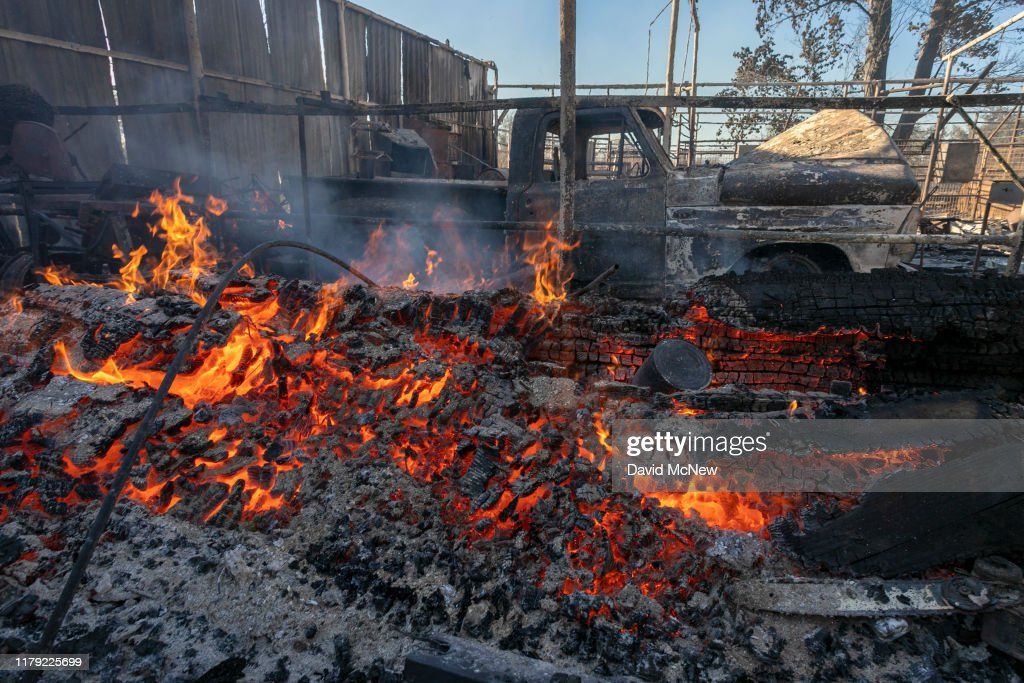 """""""Extreme"""" Santa Ana Winds Spark New Wildfires In Southern California : News Photo"""