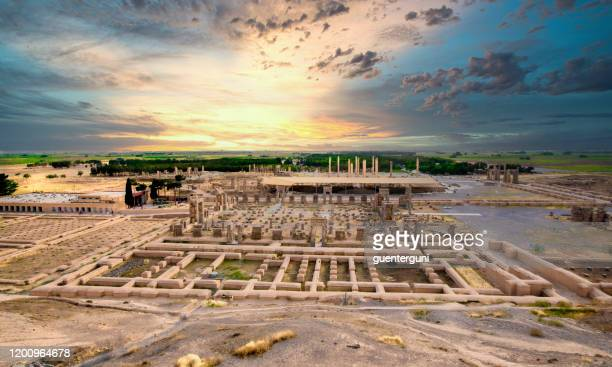 die ruinen der acient stadt persepolis bei sonnenuntergang, iran - iran persepolis stock-fotos und bilder