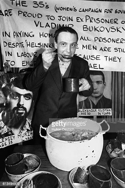 The Russian dissident Vladimir Bukovsky joins the Women's Campaign for Soviet Jewry at a symbolic prisoner's meal at a London restaurant 1977