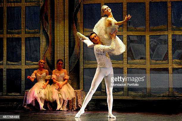 The Russian étoile Nadejda Ivanova and the first dancer rehearse a grip in front of two ballerinas wearing white tutus during the rehearsal of...
