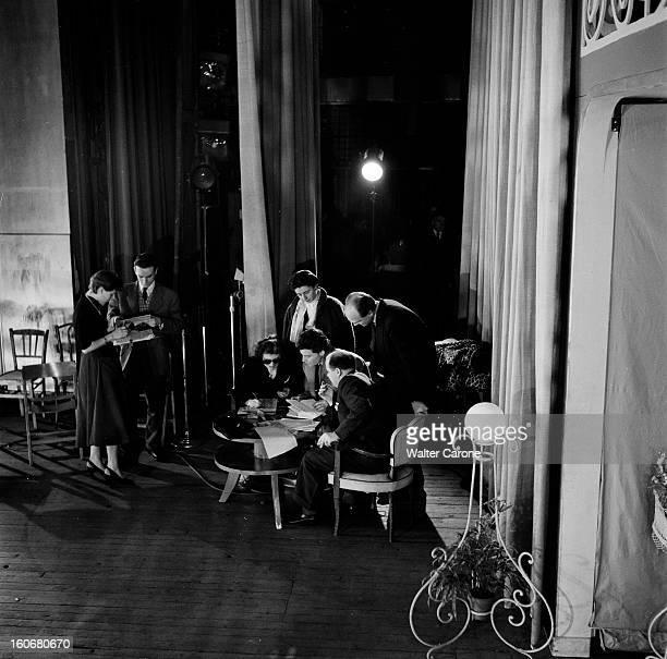 The Saga Of The National Populaire Theater Paris 1954 Sur une scène Gérard PHILIPE assis à une table en compagnie de personnes non identifiées