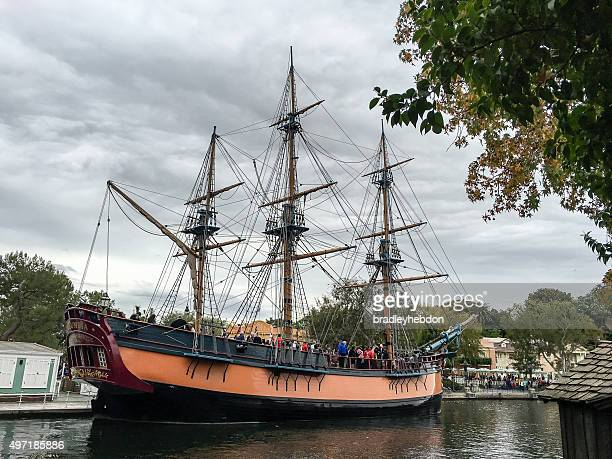 the sailing ship columbia at disneyland - anaheim californië stockfoto's en -beelden