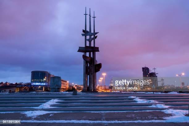 the sails monument in port of gdynia seen at night - lugar histórico imagens e fotografias de stock