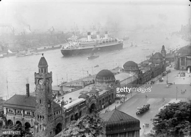 The Saint Paul Landing pontoon and the departure of the 'Cap Arcona' liner Harbour of Hamburg 1934