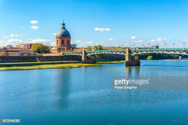 the saint-pierre bridge in toulouse - toulouse stock pictures, royalty-free photos & images