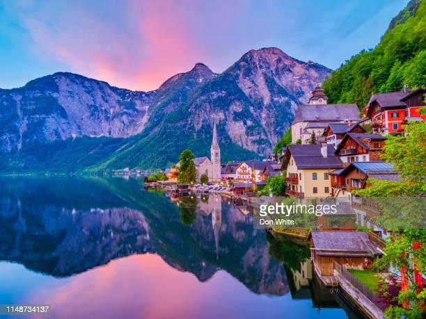 das salzkammergut landschaftlich reizvoll in österreich - unesco welterbestätte stock-fotos und bilder