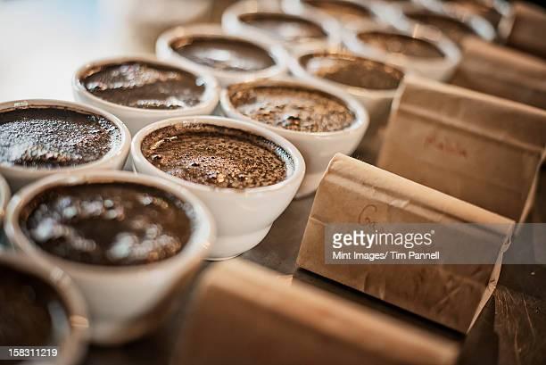 Die Verkostung Verfahren in einer coffee Verarbeitung Schuppen, wo Mitarbeiter