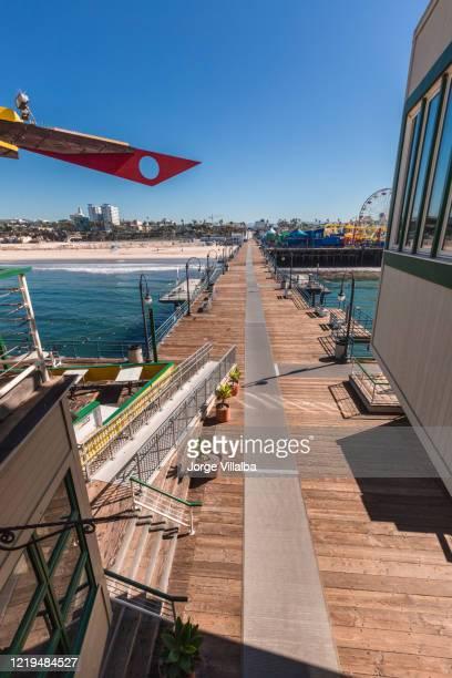 パンデミックの間に空を示したサンタモニカ桟橋 - サンタモニカ ストックフォトと画像