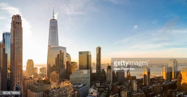 La vue aérienne panoramique de la tour de liberté sur Manhattan Downtown comprend les grands gratte-ciels: édifice Transportation, tour de Barclay et plus encore.