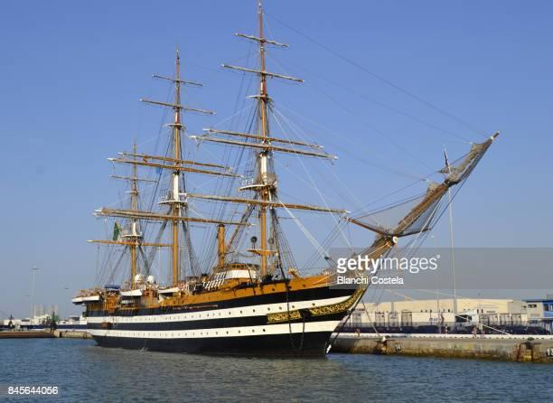 the school ship of the italian navy amerigo vespucci  docked at the port of the city of cadiz - amerigo vespucci nave foto e immagini stock