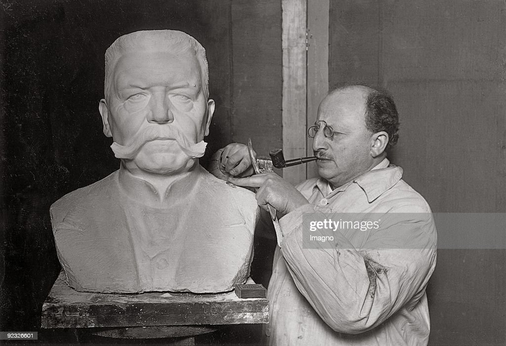 The sculpor Walter Lenck working on a bust of Hindenburg. Germany. Photograph. : News Photo