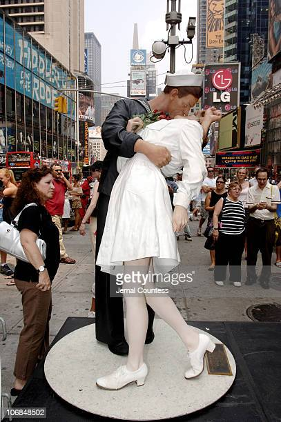 The sculpture Unconditional Kiss by Seward Johnson which depicts the kiss between Carl Muscarello and Edith Shain as captured by Alfred Eisenstaedt...