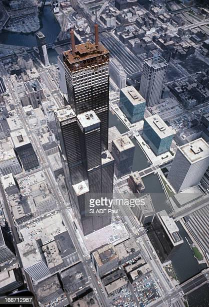 The Sears Tower In Chicago Aux EtatsUnis à Chicago en août 1973 vue aérienne de la Tour Sears ou Sears Tower alias Willis Tower un gratte ciel en...