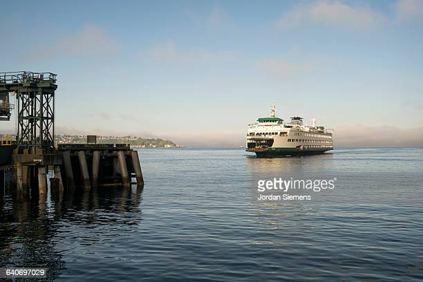 the seattle ferry pulling into the dock. - fähre stock-fotos und bilder