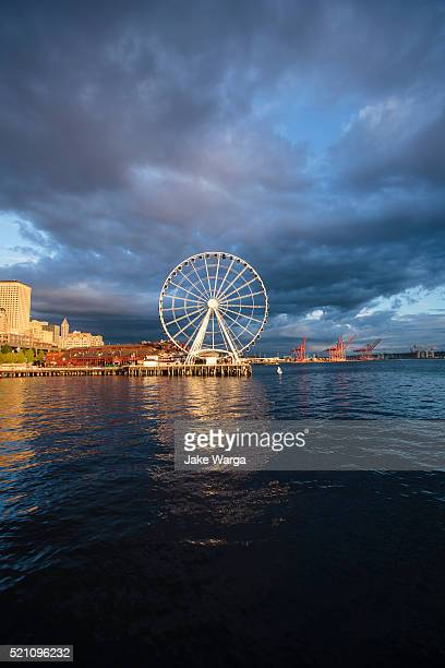 the seattle great wheel - jake warga stock pictures, royalty-free photos & images