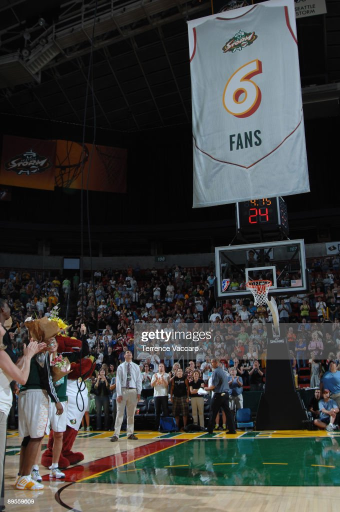 The Seattle Storm Raise A 6 Fans Banner During Halftime Against Of News Photo Getty Images
