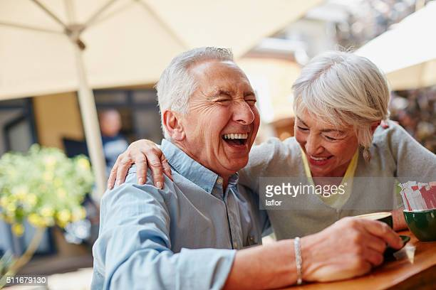 the secret to a happy marriage? live, laugh and love - lachen stockfoto's en -beelden