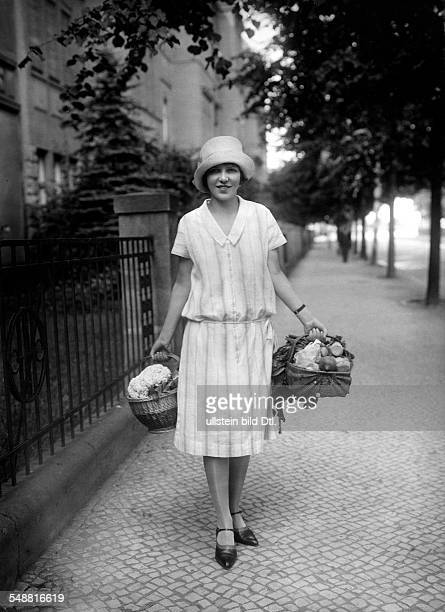 The series the carrying of loads A joung woman with shopping basket fals posture of the arms 1929 Photographer Sonderhoff Published by 'Berliner...