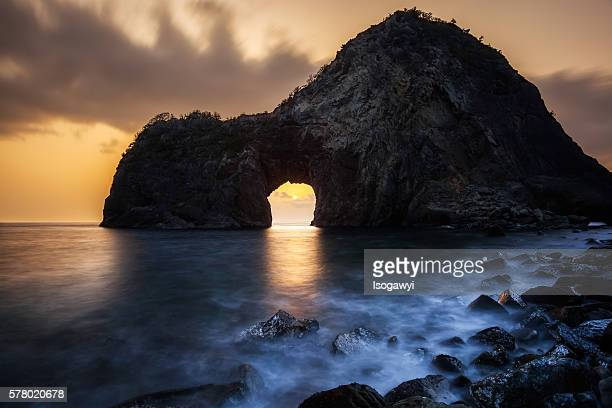 the setting sun in the sea cave - isogawyi - fotografias e filmes do acervo