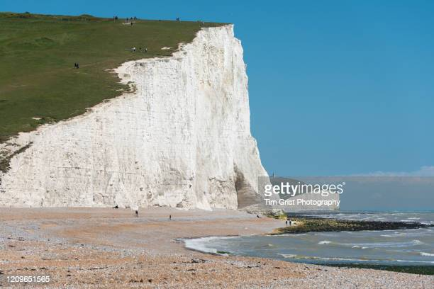 the seven sisters cliffs towards belle tout lighthouse, east sussex, uk - tim grist stock pictures, royalty-free photos & images