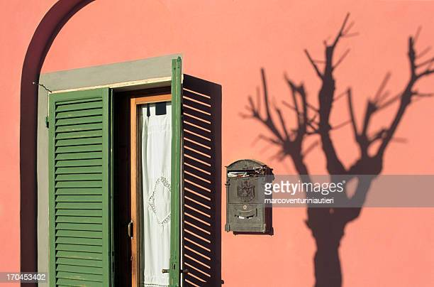 italiano finestra con cassetta postale e ombra di un albero - ombra in primo piano foto e immagini stock