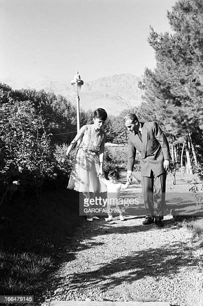 The Shah Farah Diba And Reza Cyrus Téhéran 4 Octobre 1961 Le Shah Mohammad Reza PAHLAVI et son épouse Farah DIBA avec le jeune prince héritier Reza...