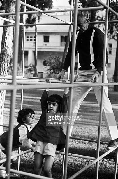 The Shah Of Iran Farah Diba Empress And Their Children Téhéran septembre 1965 Dans le jardin du Palais de Niavaran ou fut construite la classe pour...