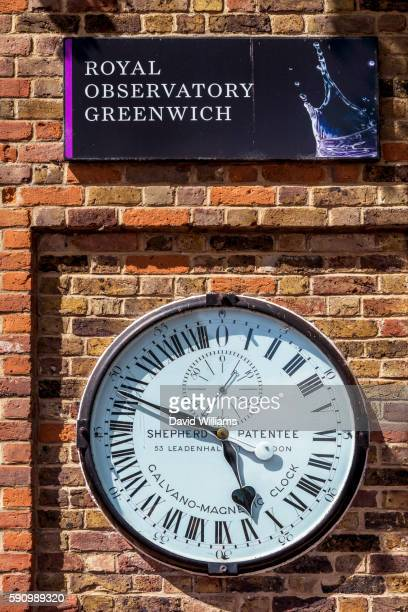 the shepherd gate clock is the clock mounted on the wall outside the gate of the royal greenwich obs - längengrad stock-fotos und bilder