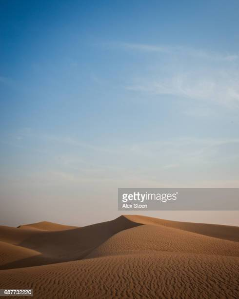 the shifting sands of the arabian desert - sand dune stock pictures, royalty-free photos & images