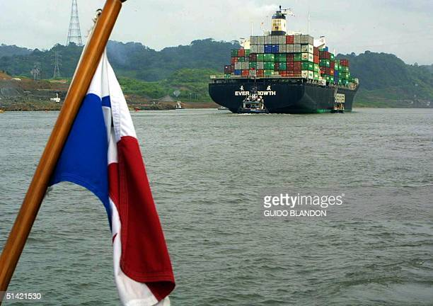 The shipping boat the Evergreen passes by the Corte Culebra port shortly before its expansion begins 4 July 2001 Panama Canal Un barco de la naviera...