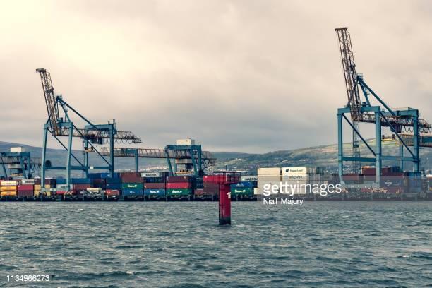 das containerdock in belfast harbour - nordirland stock-fotos und bilder
