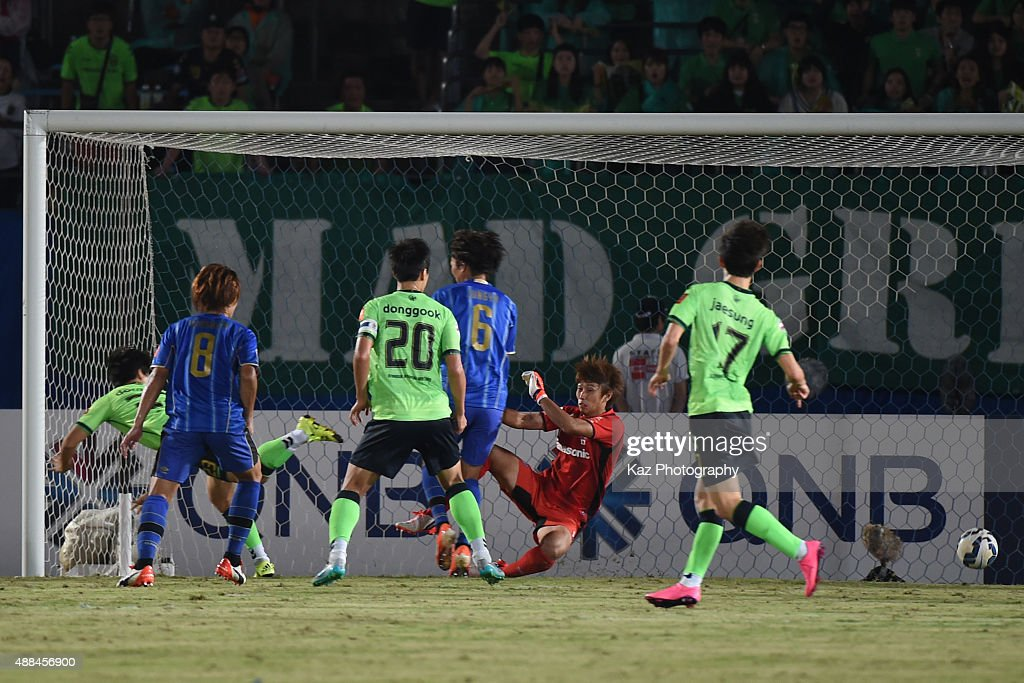 The shoot of Mateos Urko Vera of Jeonbuk Hyundai beats Masaaki Higashiguchi of Gamba Osaka for the 2nd goal during the AFC Champions League quarter final match between Gamba Osaka and Jeonbuk Hyundai Motors ]at Expo '70 Stadium on September 16, 2015 in Osaka, Japan.