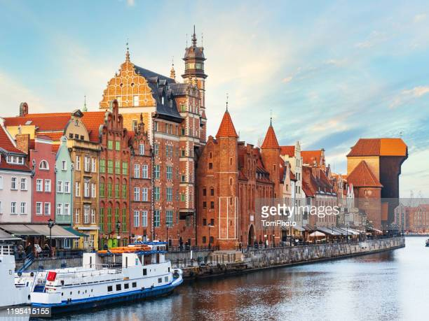 the shore of the river motlawa in gdansk old town with historical houses, poland - motlawa river stock pictures, royalty-free photos & images