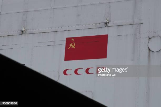 the sickle and the hammer - bandiera comunista foto e immagini stock