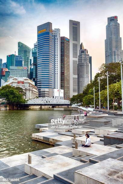 the singapore river at queen elizabeth walk - singapore cbd stock pictures, royalty-free photos & images