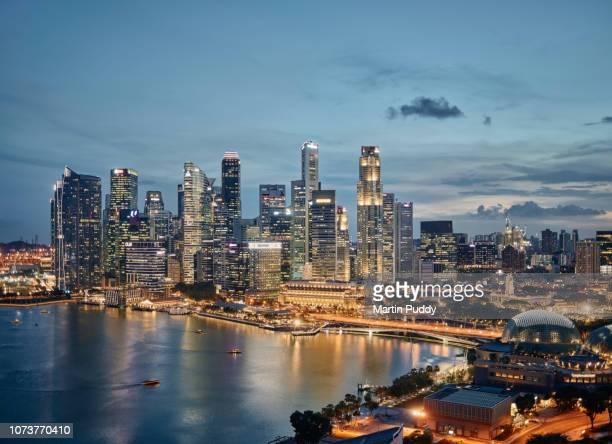 the singapore skyline and financial district at dusk, elevated view - marina bay singapur stock-fotos und bilder