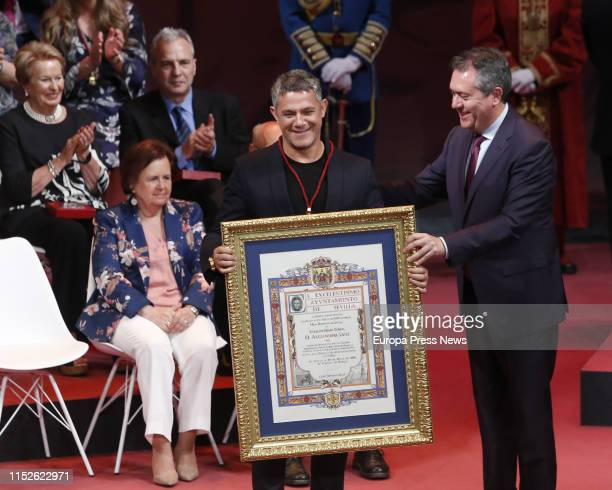 The singer Alejandro Sanz , named Son of Seville, poses during the act of delivery of the titles of Favorite Son and Medals of the City, in the Lope...