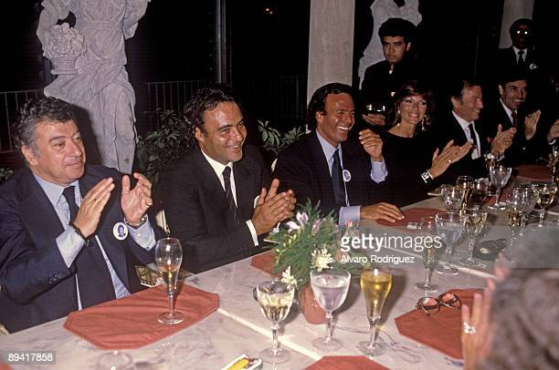 The singer Julio Iglesias with his brother Carlos Iglesias, and the journalist Tico Medina among others.